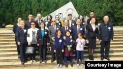 2017年4月15日,胡耀邦子女和其他亲属在胡耀邦李昭墓前合影。(微信图片)