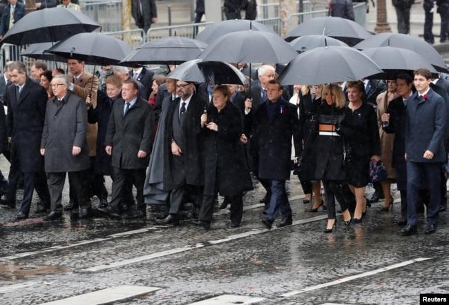 El presidente francés, Emmanuel Macron, su esposa Brigitte, la canciller alemana, Angela Merkel, el primer ministro de Canadá, Justin Trudeau, la presidenta de Lituania, Dalia Grybauskaite, el rey Felipe VI de España, el primer ministro de Dinamarca, Lars Lokke Rasmussen, y otros líderes mundiales en la ceremonia conmemorativa del Día del Armisticio, 100 años después del final de la Primera Guerra Mundial, Arco del Triunfo, en París, Francia, 11 de noviembre de 2018.