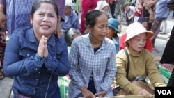 Beung Kak lake land dispute victims protest outside Phnom Penh Court where two prominent Boeung Kak lake activists were charged with incitement and sent to the capital's notorious Prey Sar prison, Wednesday, August 17, 2016 in Phnom Penh. (Leng Len/VOA Khmer)
