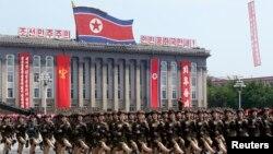 Nữ binh sĩ Bắc Triều Tiên diễu hành nhân kỷ niệm 60 năm chiến tranh chấm dứt tại Quảng trường Kim Il Sung, 27/7/2013