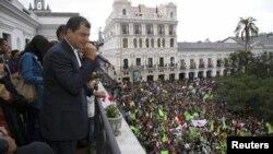 厄瓜多爾左翼總統科雷亞2月17日在總統府陽台向他的支持者揮手。