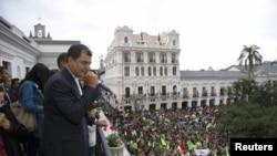 Tổng thống Ecuador Rafael Correa nói chuyện với các ủng hộ viên từ bao lơn dinh tổng thống ở Quito, Ecuador, 17/2/13