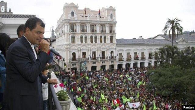 Presiden Ekuador, Rafael Correa memberikan salam kepada para pendukungnya dari balkon istana Carondelet di Quito, 17 February 2013. (Foto: dok).Correa menang telak dalam pemilihan presiden dan memimpin kembali Ekuader untuk masa jabatan ketiga.
