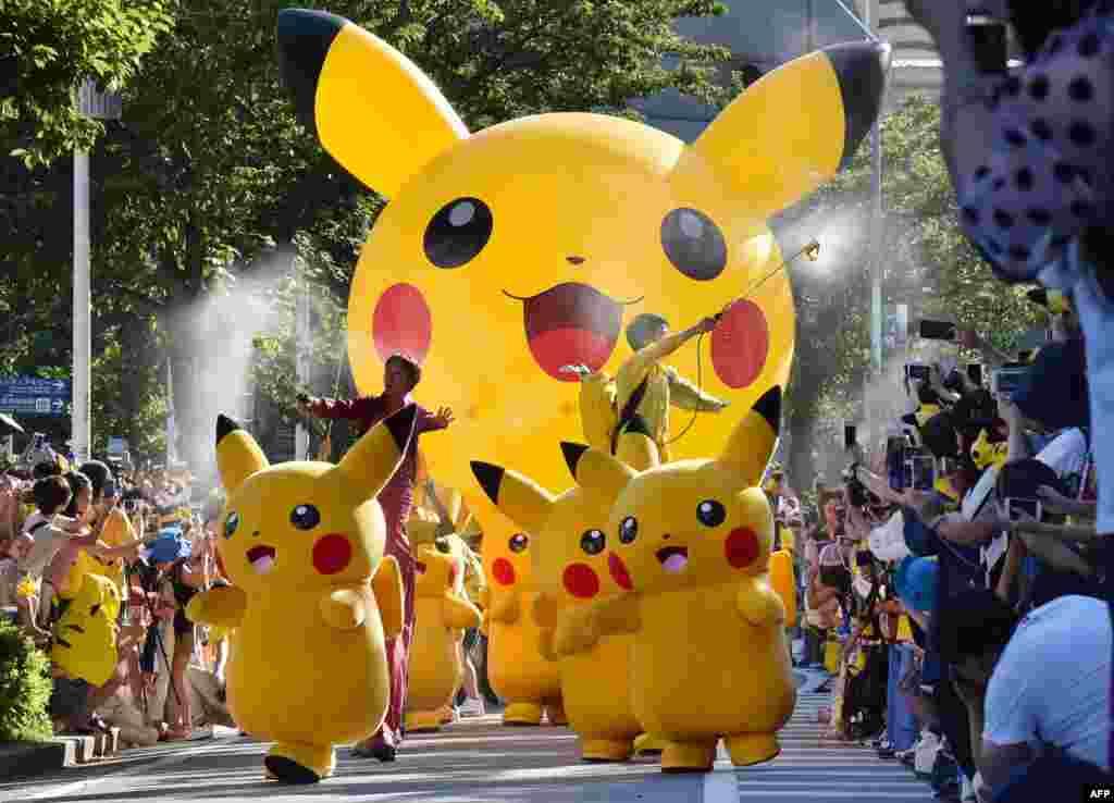 អ្នកសម្តែងដែលតុបតែងជា Pikachu ដែលជាតួអង្គក្នុងល្បែង Pokemon សម្តែងនៅក្នុងការដើរក្បួន Pikachu នៅក្នុងក្រុង Yokohama ប្រទេសជប៉ុន។