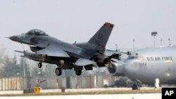 美军一架F16战机在意大利的空军基地降落