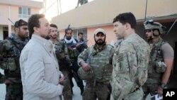 Cảnh sát trưởng Kunduz Mohammad Qasim Jangalbagh (trái) bàn bạc với các lực lượng đặc biệt Afghanistan và Mỹ ở thành phố Kunduz, phía bắc thủ đô Kabul, Afghanistan, ngày 1/10/2015.