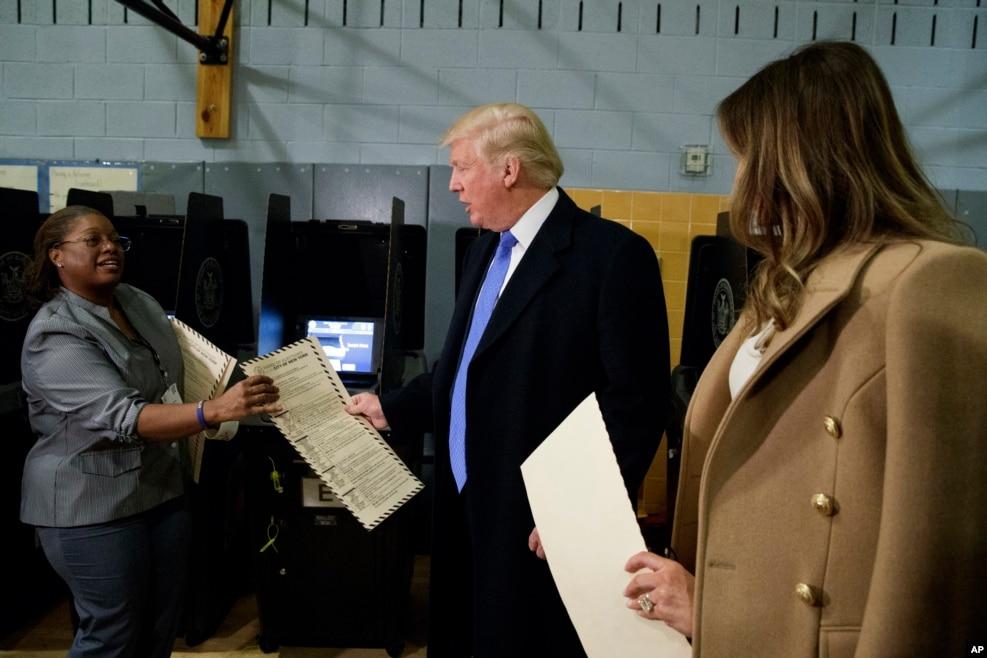 川普夫婦把自己的選票交給選舉工作者(2016年11月8日)