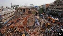8일 인도 남부 도시 세쿤드라바드에서 일어난 호텔 건물 붕괴 현장. 구조대원들이 생존자 수색 작업을 하고 있다.
