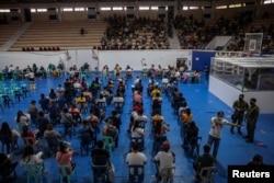 Warga Filipina antre untuk vaksinasi COVID-19 gratis di Kompleks Olahraga San Andres, Manila, Filipina, 21 Juli 2021. (REUTERS/Eloisa Lopez)