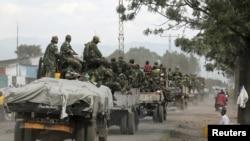 Des soldats gouvernementaux des FARDC arrivant dans Goma, RDC, 3 decembre, 2012.