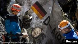 Para petugas penyelamat Perancis di lokasi jatuhnya pesawat Germanwings Airbus A320, dekat Seyne-les-Alpes, Perancis.