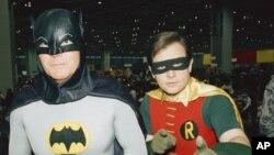 """Les acteurs Adam West, à gauche, et Burt Ward, habillés en Batman et Robin, posent pour une photo lors du salon automobile """"World of Wheels"""" à Chicago, le 27 janvier 1989."""