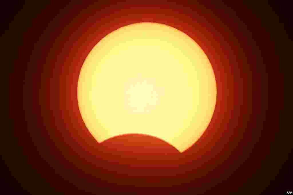 سورج گرہن پاکستان اور بھارت سمیت مشرقی یورپ، شمال اور مغربی آسٹریلیا، مشرقی افریقہ اور بحر اوقیانوس کے مختلف حصوں میں کیا گیا۔ زیر نظر تصویر اسلام آباد کی ہے۔ چاند، سورج کو کم ہی مواقع پر پوری طرح ڈھک لیتا ہے۔ اس بار بھی ایسا ہی ہوا کہ چاند سورج اور زمین کے درمیان میں آگیا جس سے بننے والا ہالا انگوٹھی کی شکل اختیار کرگیا۔ اسی مناسبت سے اسے 'رنگ آف فائر' کا نام دیا گیا ہے۔