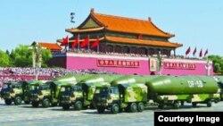 中國在2015年閱兵中展示東風-5B導彈(香港蘋果日報圖片)