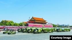 中国在2015年阅兵中展示东风-5B导弹(苹果日报图片)