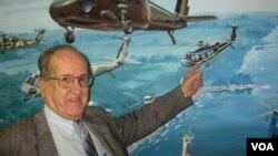 Игорь Сикорский младший в музее при архиве корпорации Sikorsky в Стрэтфорде (Коннектикут)