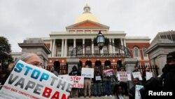 Противники решения губернатора Массачусетса о запрете на продажу электронных сигарет проводят акцию протеста в центре Бостона, 3 октября 2019 года