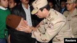 Tổng tư lệnh Quân đội Ai Cập Tướng Abdel Fattah al-Sisi (phải) an ủi thân phụ của một sĩ quan bị thiệt mạng, tại tang lễ của 5 người bị giết ở bắc Sinai hồi tháng trước