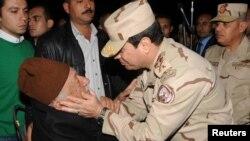 Vrhovni komandant egipatske vojske Abdel Fatah al-Sisi sa ocem jedne od žrtava napada na Sinaju