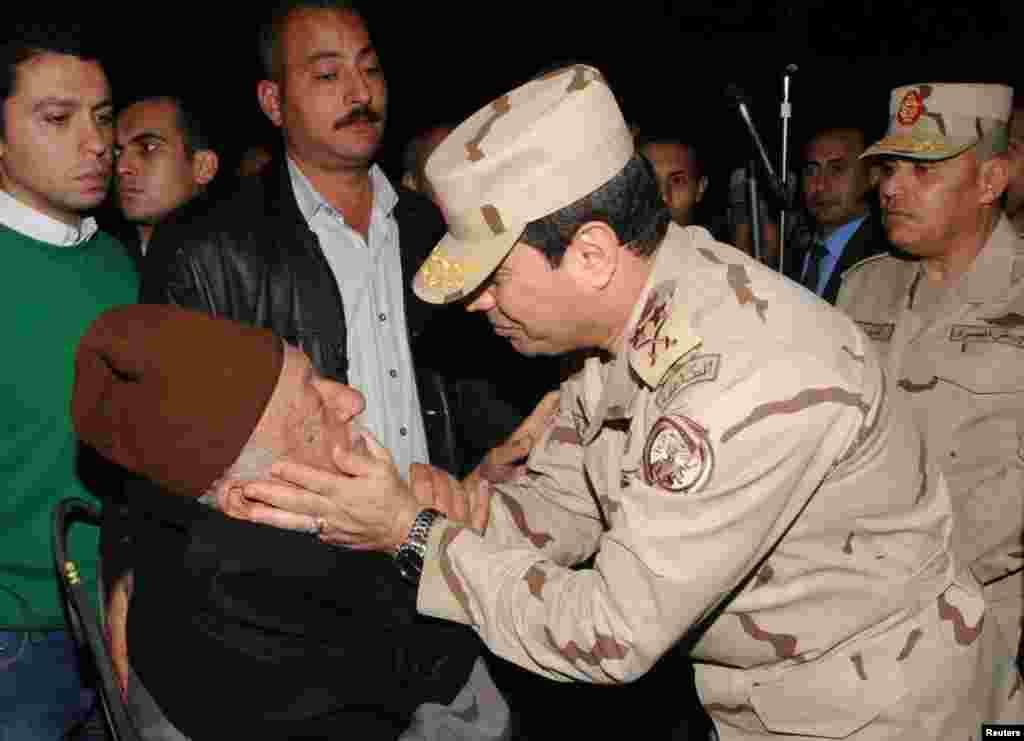 ژنرال السیسی به پدر سربازی که در صحرای سینا کشته شد تسلیت می گوید - قاهره، ۲۶ ژانویه ۲۰۱۴