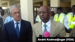 Le ministre de la justice Youssouf Abassalah a droite et l'ambassadeur d'Algérie au Tchad Birouk Zinedine a gauche, accueillant les prisonniers à l'aéroport.