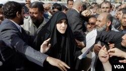 En Bagdad los manifestantes también se enfrentaron en numerosas ocasiones con los agentes del orden, abatieron vallas y apedrearon a la fuerza pública.