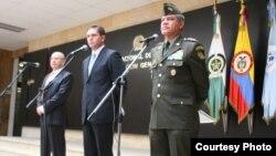 El anuncio de la captura de los presuntos responsables del atentado contra Fernando londoño fue hecho en una rueda de prensa conjunta entre el ministro de Defensa de Colombia, Juan Carlos Pinzón (centro); el fiscal general de la nación, Eduardo Montealegr
