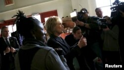 힐러리 클린턴 미 민주당 대통령 후보가 8일 경선이 렬린 미시건주 디트로이트의 한 커피숍에서 유권자들의 지지를 호소하고 있다.