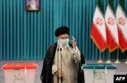Ayatollah Ali Khamenei memberikan suara dalam Pilpres Iran 18 Juni 2021.