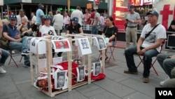 时报广场将习近平关木笼行为艺术