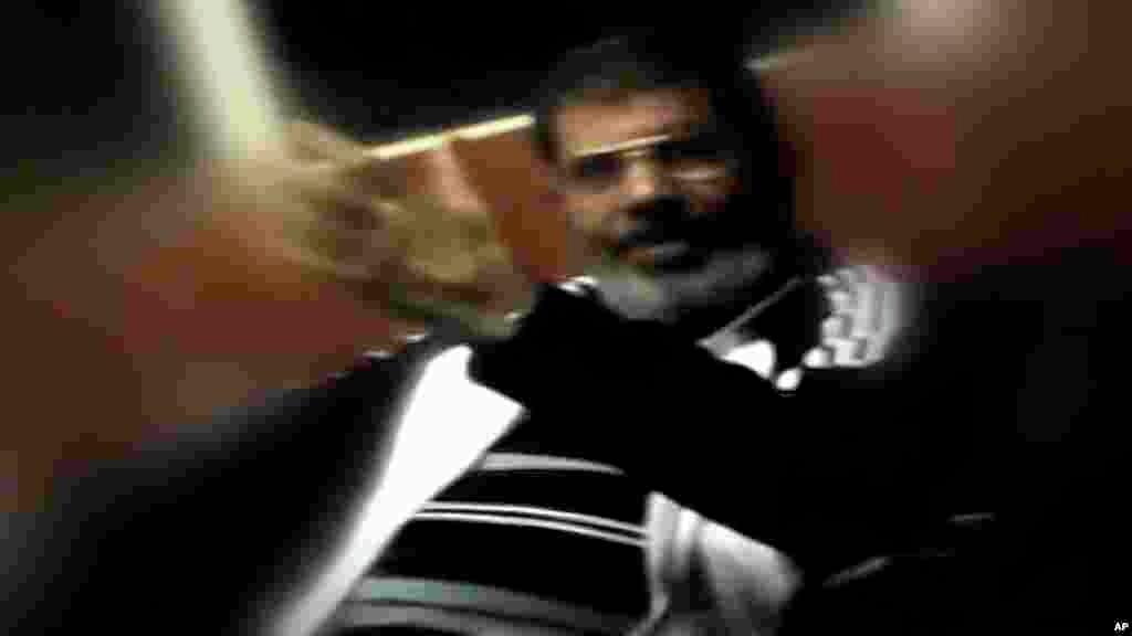 Mohammed Morsi ya bayyana a bainar jama'a karo na farko tun lokacin da aka hambarar da shi a watan Yuli. Ya bayyana a gaban kotun laifuka a birnin Alkahira kasar Misra ranar Litinin hudu ga watan Nuwamban shekarar 2013.