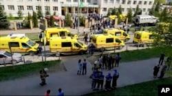حملے کے بعد اسکول کے باہر ایمبولینس موجود ہیں