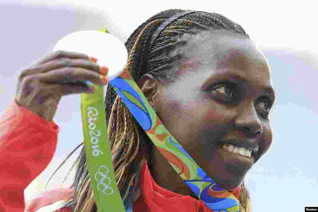 La Kényane Hyvin Kiyeng Jepkemoi a remporté la médaille d'argent lors du 3000 m steppes femme à Rio de Janeiro, Brésil, le 15 août 2016.