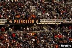 프린스턴대학교 스테디움에서 학생들이 풋볼경기를 관람하고 있다.