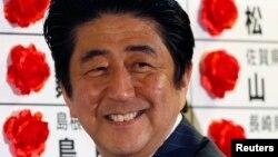 Thắng lợi được nhiều người xem như là sự ủng hộ dành cho kế hoạch 3 phần của ông Abe nhằm đem lại năng lượng mới cho nền kinh tế đang trì trệ của Nhật Bản.