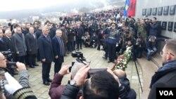 Predsednici Kosova i Albanije Hašim Tači i Ilir Meta ispred spomenika žrtvama masakra u Račku (Foto: VOA)