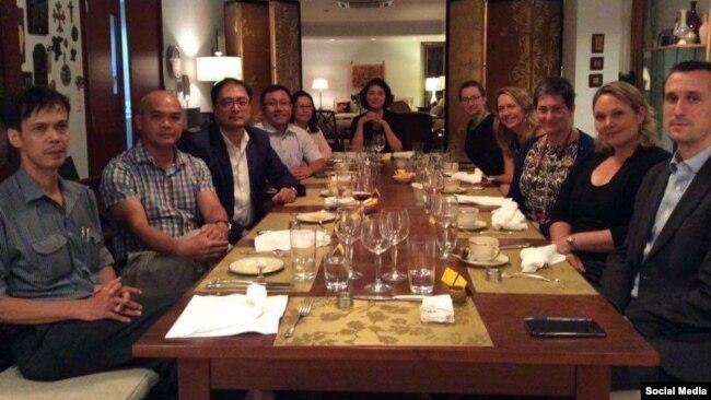 Phái đoàn ngoại giao Hoa Kỳ do Trợ lý Ngoại trưởng Virginia Bennett (thứ ba, bên phải) dẫn đầu gặp gỡ các nhà tranh đấu Việt Nam tại Sài Gòn, ngày 24/5/17. (Facebook Huỳnh Thục Vy)
