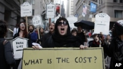 Los miembros del movimiento 'Ocupemos Wall Street' cantan durante una marcha en Nueva York este lunes 17 de septiembre.