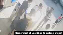 Cháu L.H.L được đưa từ xe vào trong phòng y tế nhà trường ngày 6/8, theo camera an ninh của nhà trường, đặt ra nghi vấn bé trai tử vong trên xe. (Ảnh chụp màn hình/dẫn qua Báo Lao Động)