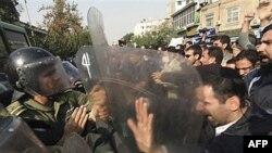 Iranski policajci sprečavaju demonstrante da napadnu britansku ambasadu u Teheranu, tokom anti-britanskih demonstracija. 4. novembar, 2010.
