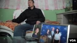 高智晟2015年在陝西的窯洞住宅內聽記者講話