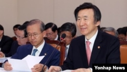 윤병세 한국 외교부 장관이 13일 국회 외교통일위원회의 외교부 대상 국정감사에서 질의에 답하고 있다.