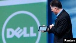 El fundador de la compañía, Michael Dell, muestra una tableta diseñada por el gran fabricante de computadoras.