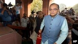 """Bộ trưởng Tài chính Ấn Độ Arun Jaitley đến trụ sở quốc hội để trình bày ngân sách liên bang 2016-2017 tại New Delhi, ngày 29/2/2016. Bộ trưởng Tài chánh Arun Jaitley nói rằng những báo cáo như vậy là """"một diễn tiến lành mạnh"""" và ông hứa sẽ hành động một cách nhanh chóng."""