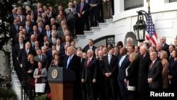 미국 정부의 세제개혁안이 통과된 지난 20일 도널드 트럼프 미국 대통령과 공화당 지도부가 백악관 뜰에서 축하하는 시간을 가졌다. (자료사진)