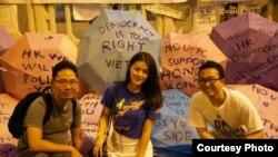Sinh viên biểu tình bên cạnh những cây dù với thông điệp ủng hộ dân chủ. (Ảnh: Nguyễn Hoàng Thanh Tâm)
