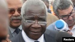 Les journalistes enregistrent Alfonso Dhlakama après son vote à Maputo, Mozambique, le 15 octobre 2014.