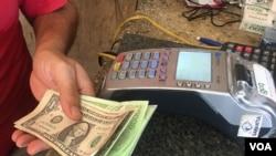El 57 por ciento de las transacciones comerciales en Maracaibo, al occidente de Venezuela, se realizan en dólares estadounidenses, según la firma Ecoanalítica.