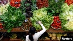 이탈리아 밀라노의 채소 가게. (자료사진)