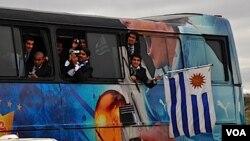 Los jugadores eran parte de la fiesta: filmaron y tomaron fotografías de la emocionante caravana que se formó en la rambla.